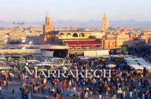 La folla nella piazza centrale di Marrakech, con il mercato del giorno