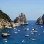 Capri: il classico scorcio sul mare azzurro con i Faraglioni