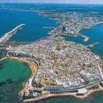 Gallipoli, il centro storico è una isola in mezzo al mare Ionio