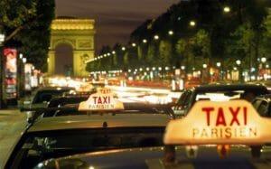 """Alcuni taxi """"Parisien"""" con l'insegna accesa"""