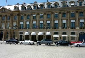 Auto di lusso in sosta davanti al famoso Hotel Ritz di Parigi