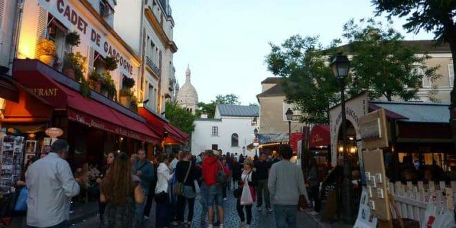 Turisti a Montmartre (Parigi) al tramonto
