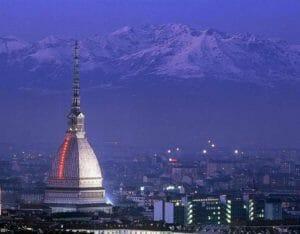 Torino: la Mole Antonelliana e il bel panorama delle montagne circostanti